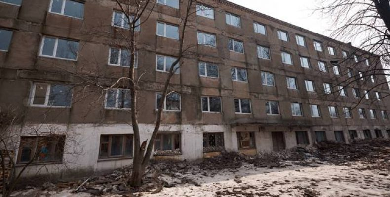 Жебривский показал дом, в котором переселенцы получат новые квартиры