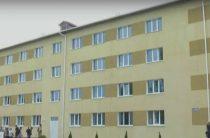 В Краматорске переселенцам вручили ключи от квартир в отремонтированном общежитии.