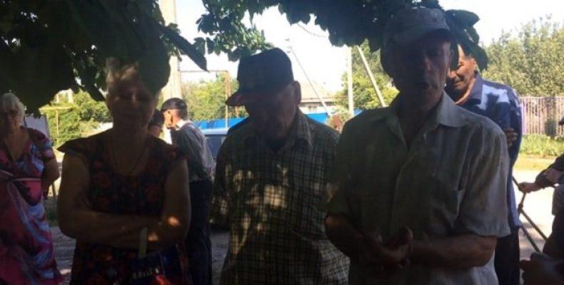 Живут военные ВСУ: Переселенцев из Песок не допускают к собственному жилью