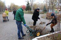 В Славянске переселенцы и жители убрали центральный парк города