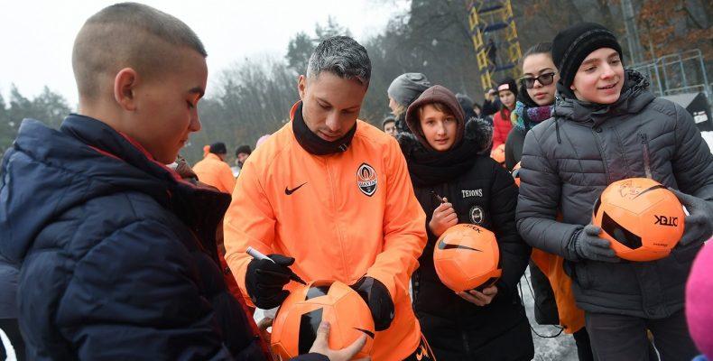 Футболисты «Шахтера» провели тренировку с детьми-переселенцами