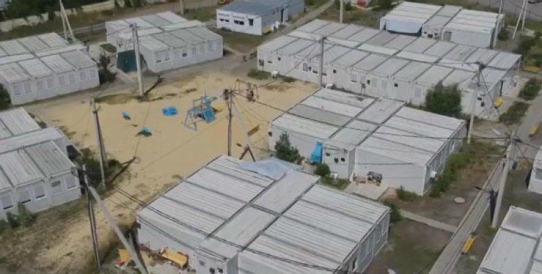 Течет крыша, плесень и дыры в полу: Как живут переселенцы в аварийном модульном городке