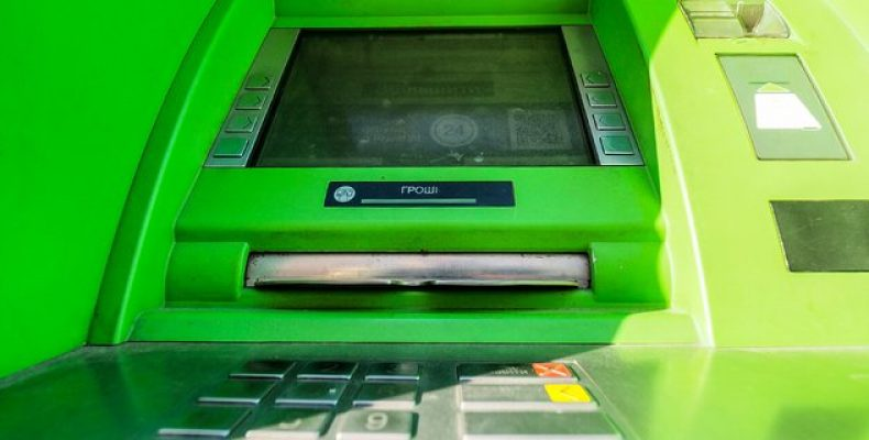 «Приватбанк» заблокирует переводы между картами для жителей Донбасса и Крыма. Что делать в этом случае