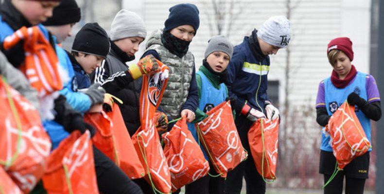 Футболісти Шахтаря подарували подарунки дітям-переселенцям