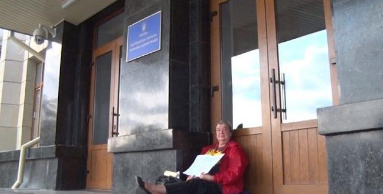 Нет работы – нет еды: В Житомире переселенка устроила митинг под стенами ОГА