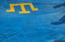 В Луцке переселенцы из Крыма сшили и развернули 45-метровый крымскотатарский флаг