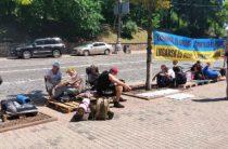 Бессрочная акция протеста: Переселенцы-участники АТО под Кабмином требуют денег на жилье
