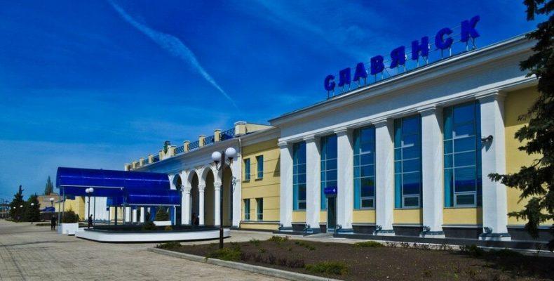 С мебелью и техникой: В Славянске железнодорожники-переселенцы получили жилье