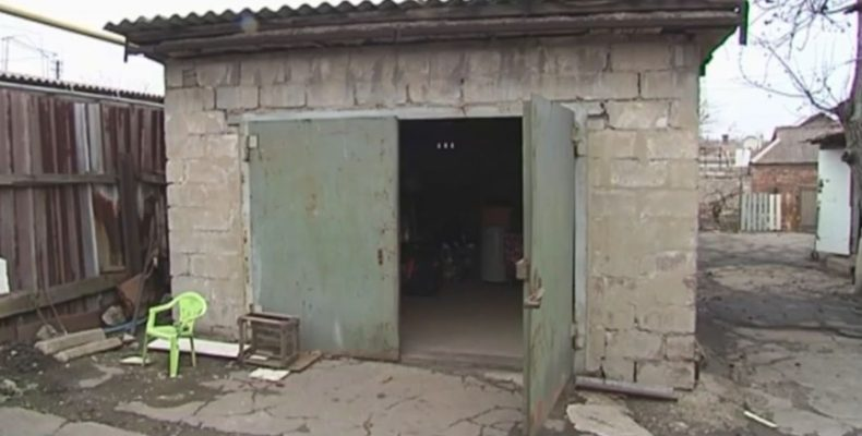 Переселенцы из Донецка больше месяца живут в гараже в Мариуполе