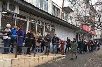 Выборы-2019: весь Киев стоит в больших очередях, чтобы сменить место голосования
